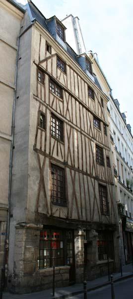 en pars este tipo de construccin fue prohibido al final del siglo xvi porque las autoridades teman los incendios